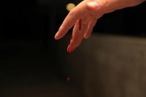Das Foto eines Bluttropfen der von meinem Finger tropft