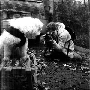 die Fotografin mit der modernen DSLR Kamera mit einer Rolleiflex T1 fotografiert.