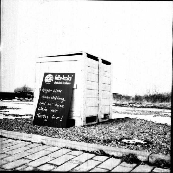 Eine Holzbox mit einem Schild wo drauf steht: Wegen einer Veranstaltung sind wir nur am Montag hier!