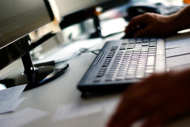 Hier ist ein Bild von einer Tastatur, welche vor einem Menschen/Autor liegt.