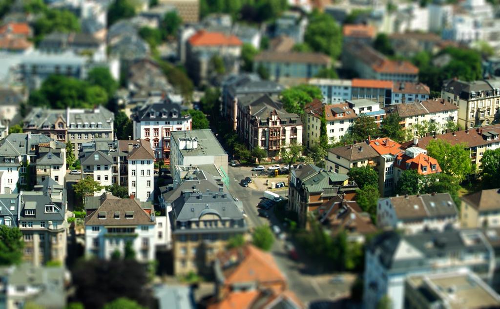 Eine Aufnahme von Frankfurt. Durch die geringe Schärfentiefe, wirkt dieses Bild so, als sei die Stadt aus Spielzeug