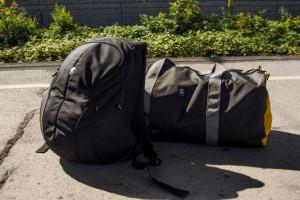 Crumpler Rucksack und Crumpler Reisetasche am Bahnsteig