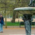 Hyde Park Frau fotografiert Brunnen