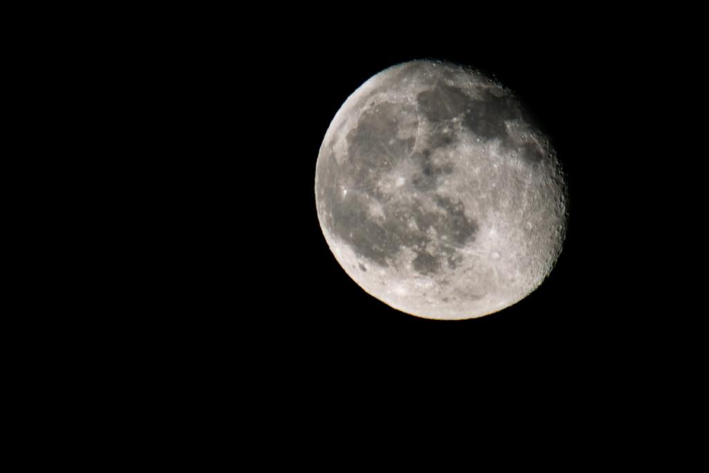 Ein 93% sichtbarer Mond im rechten Bildbereich. Mondkrater sind deutlich zu erkennen.